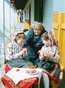 1011997 Egykori hustvet Boldogona a tajhaz udvaran Terka nenivel a gyerekek H Szabo Sandor felvetele